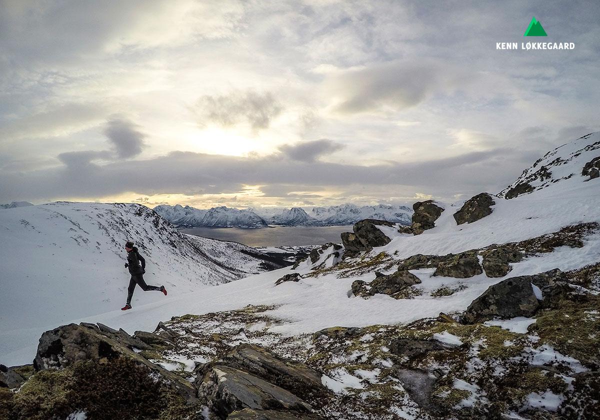Løber nedad bjerget i Vesterålen