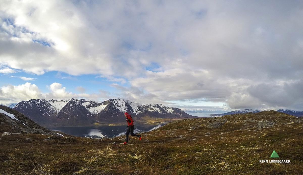 Utsikten til Hognfjorden med fjellkjede