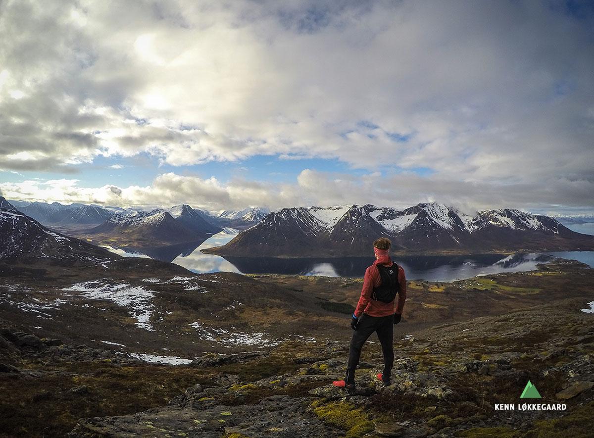 Nyter utsikten over Hognfjorden og fjellene