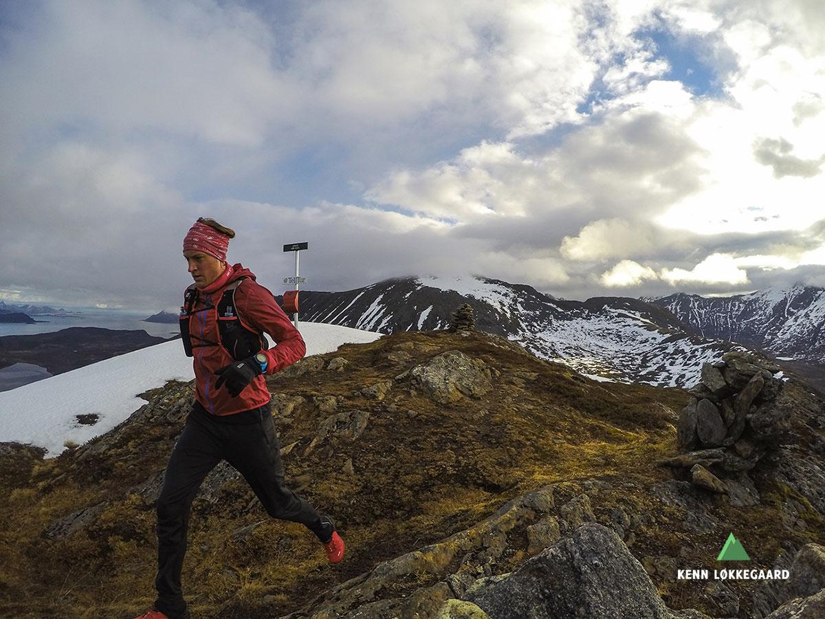 Løper ned fra Urtinden 490 moh.