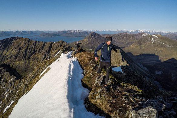 Lamlitinden 658 moh. - Erlend og jeg løper på toppen.