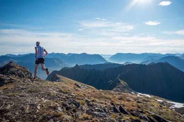 Løper på fjelltoppen Kvalsauktinden.
