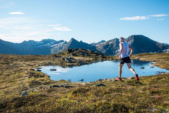 Løper i en dal med flere vatnet innen det går opp til Kvalsauktinden.
