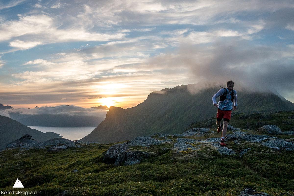 Løper på Nertjønna med Slåttnessdalen og fjellet i bakgrunnen.