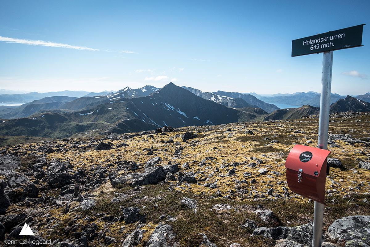 Fjelltoppen Holandsknurren. I bakgrunnen ses fjelltoppene jeg har vært over på ruten.