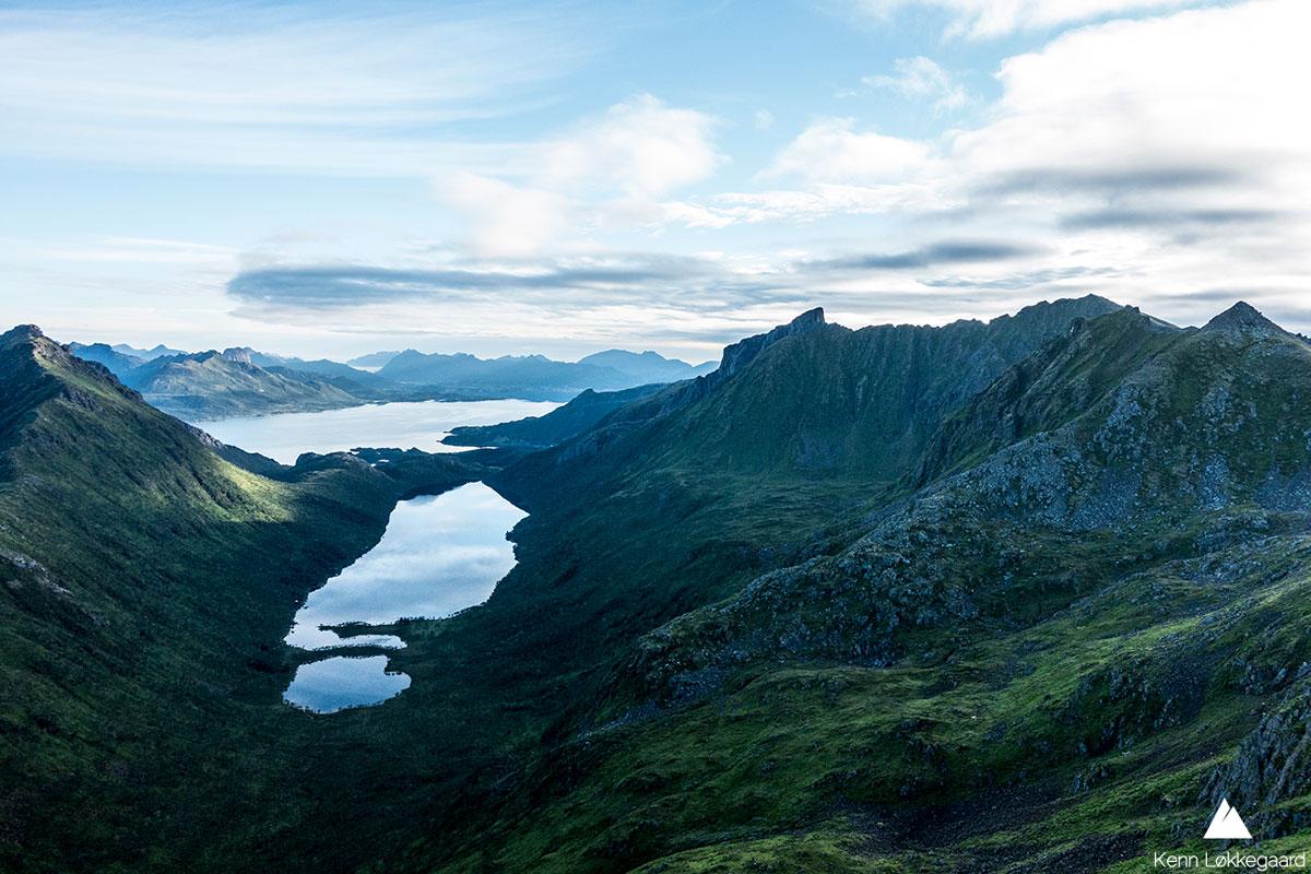 Utsikten fra Dalbotntinden ned til Langvatnet.