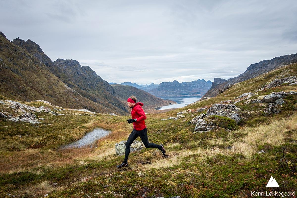 Løper mellom Slåttnesfjellet og Storbåtsegga