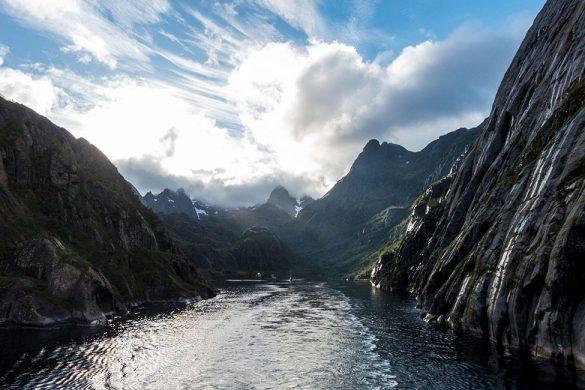 Trollfjorden sett fra dekket av Hurtigruten.