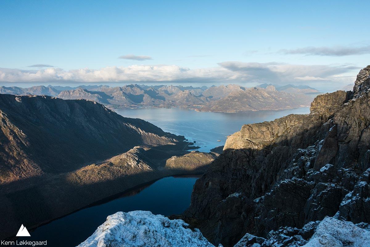 Utsikt ned til Langvatnet og ut til Eidsfjorden.