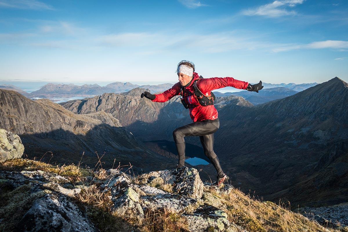 Løper opp det siste stykke til Breielvtinden. Sjekk utsikten, helt utrolig vakkert!
