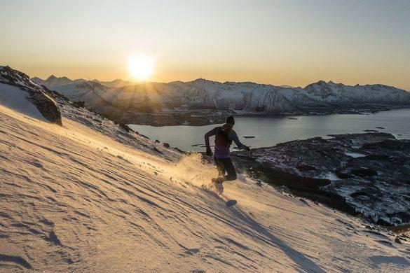 Løper interval på fjellsiden av Hallartinden.