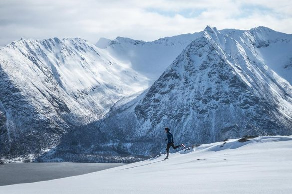 Løper mot Urtinden med Hognfjord og fjell i bakgrunnen.