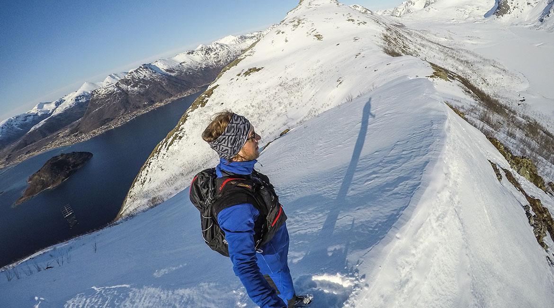 Nyter utsikten fra ryggen mellom Brokløystinden og Middagsbogtinden.