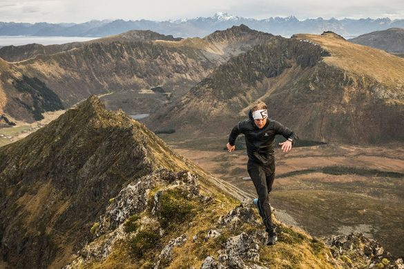 Løper på fjellryggen av Lamlitinden