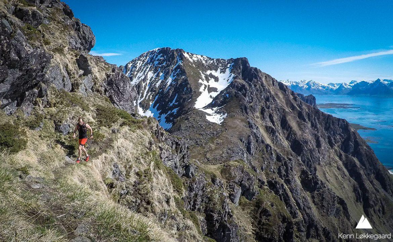Løper på fjellsiden med Lamlitinden i bakgrunnen.